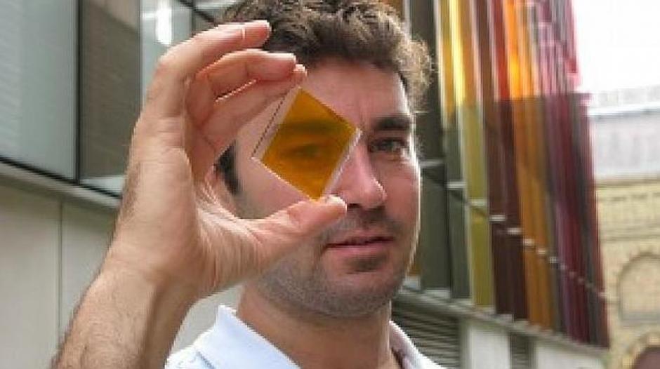 A sus 35 años Henry Snaith, físico de la Universidad de Oxford, en el Reino Unido, ha logrado crear una nueva generación de células solares hechas de perovskita. Este material es más fácil y barato de producir que el silicio, para la construcción de paneles solares. (Foto: U. OXFORD)