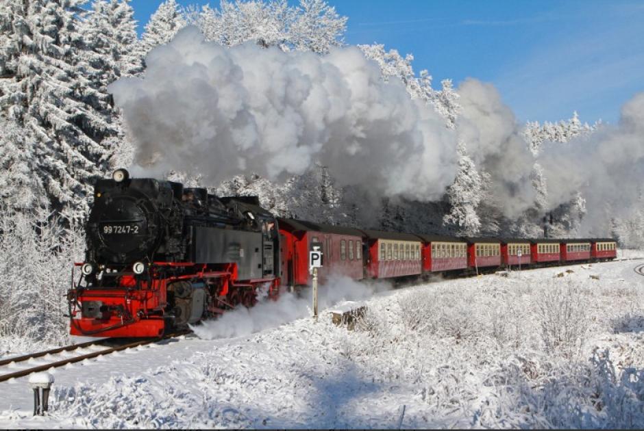 Un tren de vía estrecha local hace su camino al monte Brocken, cerca de Schierke, al norte de Alemania. Los meteorólogos pronostican temperaturas alrededor de 10 grados bajo cero para los próximos días en el norte de este país europeo. (AFP)