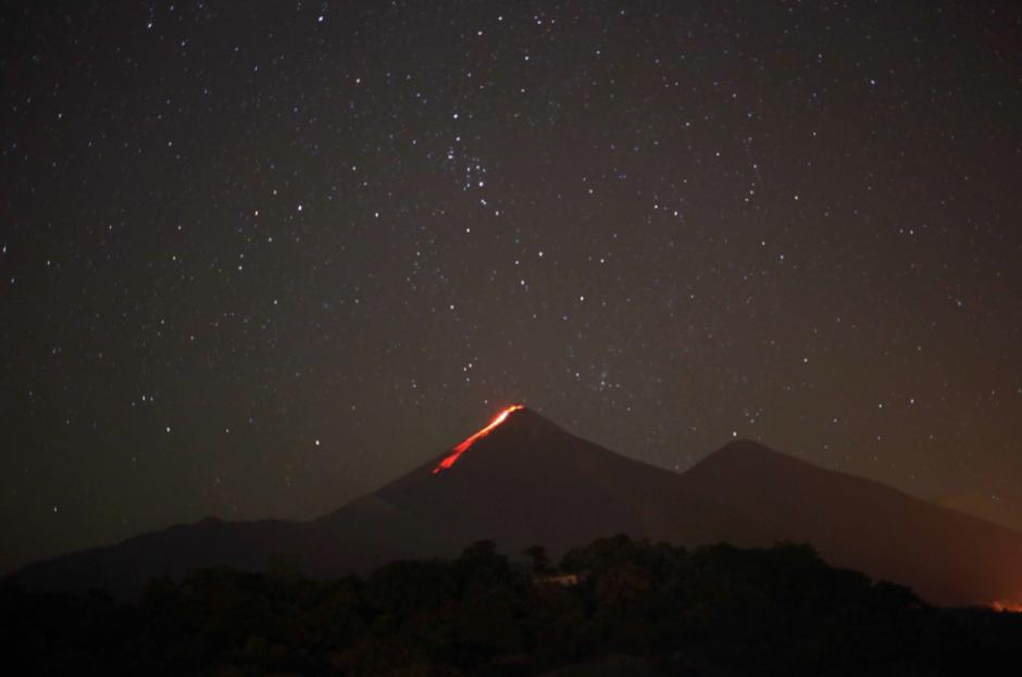 Flujos de lava descienden desde el cráter del Volcán de Fuego, visto desde Escuintla, en esta imagen nocturna captada por uno de nuestros seguidores. (Foto: Carlos Armas)