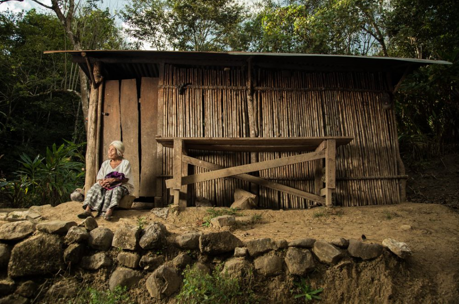 En esta fotografía aparece Juana, quien tiene 95 años y es de Lanquín. Pese a su edad, cada día camina de 6 a 10 kilómetros en busca de sustento. (Foto: Carlos Rodríguez)