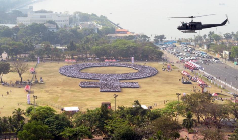 La gente se reúne para formar un símbolo de la mujer este Día Internacional de la Mujer, en el Parque Rizal de Manila. Los organizadores esperan atraer a 10.000 participantes y establecer un récord mundial Guinness para el mayor símbolo humano de la mujer. (Foto: AFP/ Jay Directo)