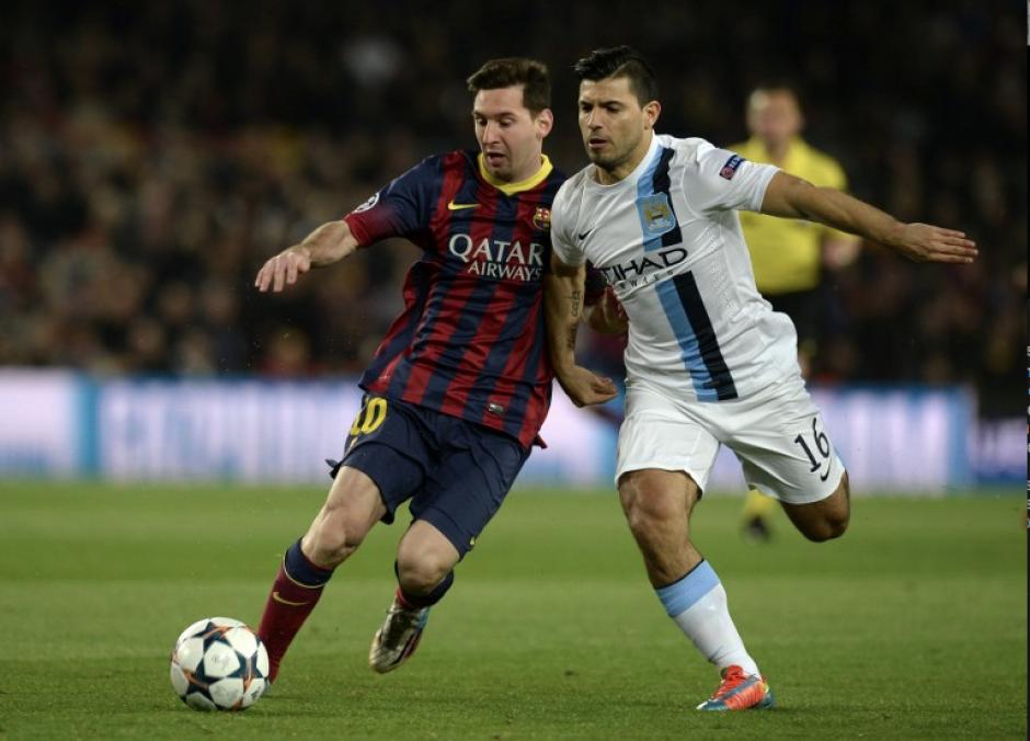 El argentino Leo Messi, del Barcelona FC, se disputa la pelota con su compatriota Sergio Agüero, del Manchester City, en la 16 ronda de la UEFA Champions League. (Foto: AFP)