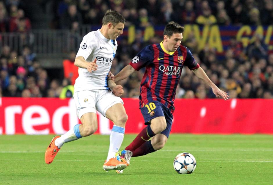 El delantero argentino del FC Barcelona Lionel Messi avanza con el balón perseguido por el centrocampista del Manchester City James Milner, durante el partido de vuelta de los octavos de final. (Foto: EFE)