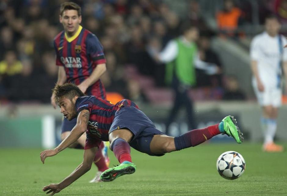 El delantero brasileño del FC Barcelona Neymar jr. intenta rematar a la portería del Manchester City durante el partido de vuelta de los octavos de final de Liga de Campeones disputado esta noche en el Camp Nou. (Foto: EFE)