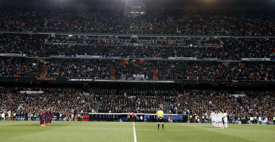 Los jugadores del Barcelona (i) y los del Real Madrid (d), durante el minuto de silencio que han guardado hoy por el fallecimiento del expresidente del Gobierno Adolfo Suárez, al inicio del partido de la vigésimo novena jornada de la Liga de Primera División que juega hoy en el estadio Santiago Bernabéu. ( Foto: EFE/Juan Carlos Hidalgo)