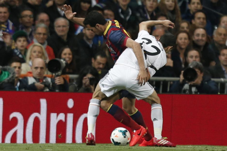 El centrocampista argentino del Real Madrid Ángel Di María (d) disputa un balón con el centrocampista del Barcelona Sergio Busquets (i), durante el partido de la vigésimo novena jornada de la Liga de Primera División que se juega hoy en el estadio Santiago Bernabéu. ( Foto: EFE/Javier Lizón)