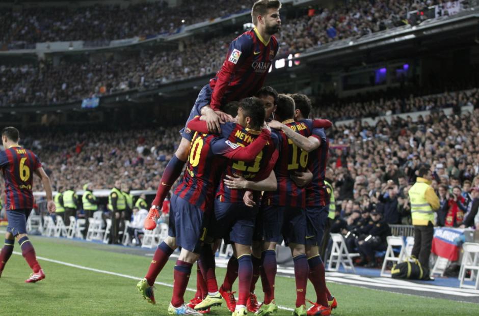 Los jugadores del F. C. Barcelona, celebran el primer gol del equipo blaugrana durante el encuentro correspondiente a la jornada de primera división, que disputan esta noche frente al Real Madrid en el estadio Santiago Bernabéu, en Madrid. ( Foto: EFE / Javier Lizón)