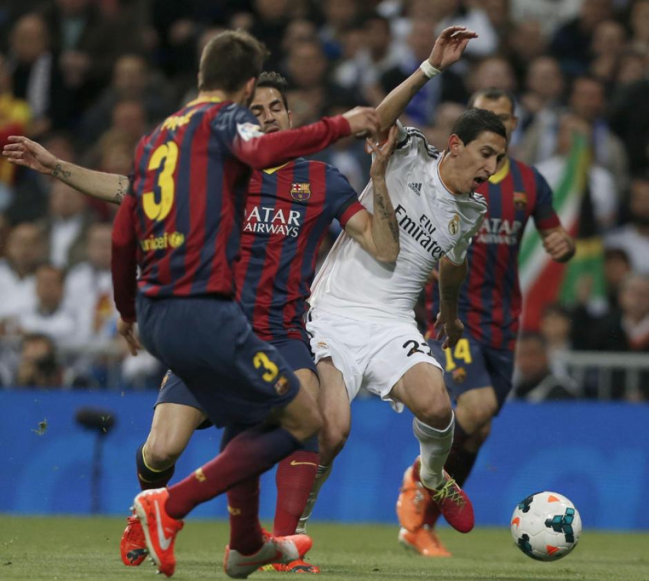 El centrocampista argentino del Real Madrid Ángel Di María (d) disputa un balón con el centrocampista del Barcelona Cesc Fábregas (2i), durante el partido de la vigésimo novena jornada de la Liga de Primera División que se juega hoy en el estadio Santiago Bernabéu. (Foto: EFE/JuanJo Martín)