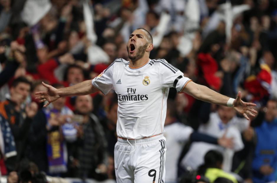 El delantero francés del Real Madrid Karim Benzemá celebra el gol marcado ante el FC Barcelona, el primero del equipo, durante el partido de la vigésimo novena jornada de la Liga de Primera División que se juega hoy en el estadio Santiago Bernabéu. (Foto: EFE/Juan Carlos Hidalgo)