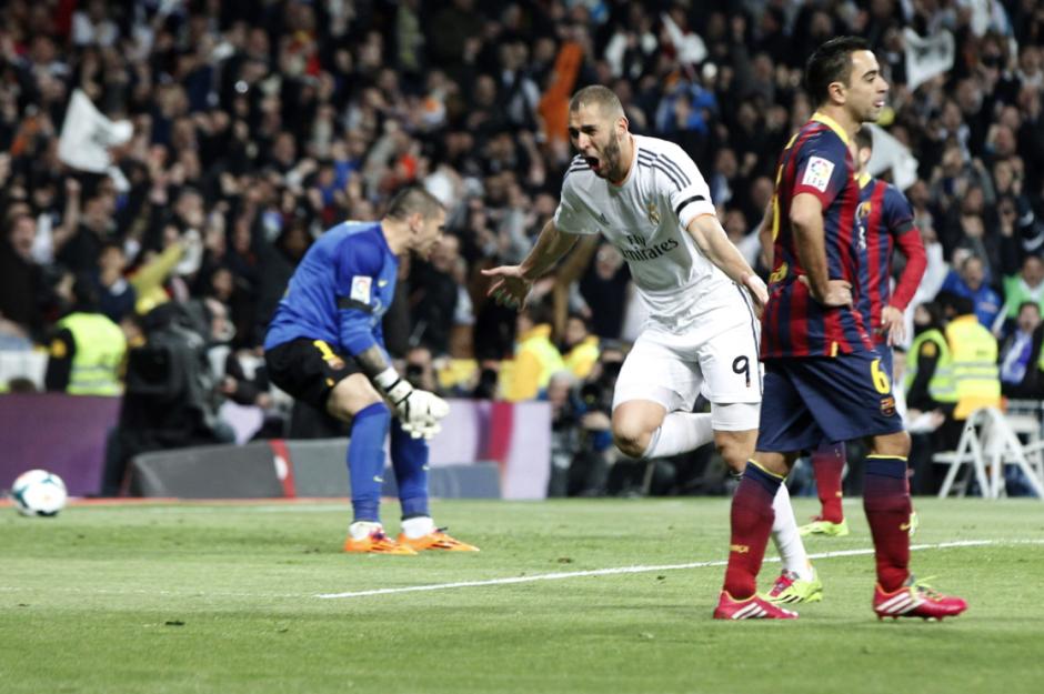 El delantero francés del Real Madrid Karim Benzemá celebra el gol marcado ante el FC Barcelona, el segundo del equipo, durante el partido de la vigésimo novena jornada de la Liga de Primera División que se juega hoy en el estadio Santiago Bernabéu. ( Foto: EFE/Juan Carlos Hidalgo)