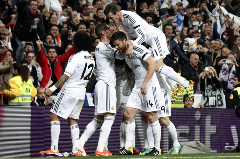 Los jugadores del Real Madrid celebran el gol marcado por su compañero, el francés del Real Madrid Karim Benzemá, ante el FC Barcelona, el segundo del equipo, durante el partido de la vigésimo novena jornada de la Liga de Primera División que se juega hoy en el estadio Santiago Bernabéu. EFE/Juan Carlos Hidalgo