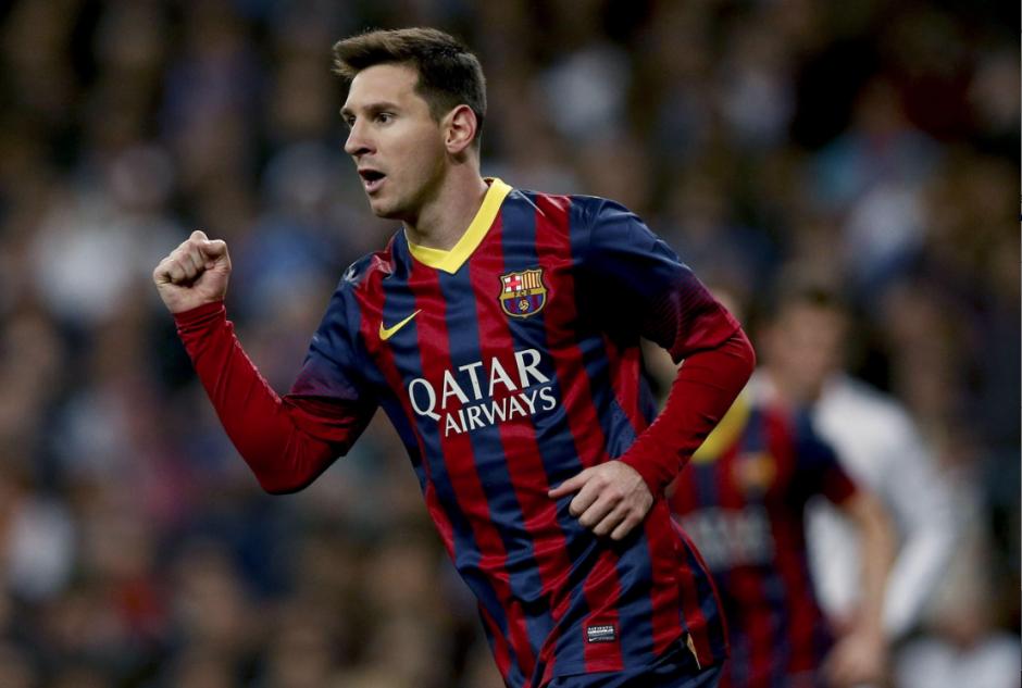 El delantero argentino del F. C. Barcelona, Leo Messi, celebra el tercer gol del equipo blaugrana, durante el encuentro correspondiente a la jornada de liga de primera división, que disputan esta noche frente al Real Madrid en el estadio Santiago Bernabéu, en Madrid. (Foto: EFE / Juanjo Martín)