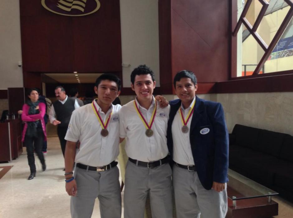 Los jóvenes guatemaltecos comparten en redes sociales fotos con la medalla de bronce que ganaron en Colombia. (Foto: Facebook)