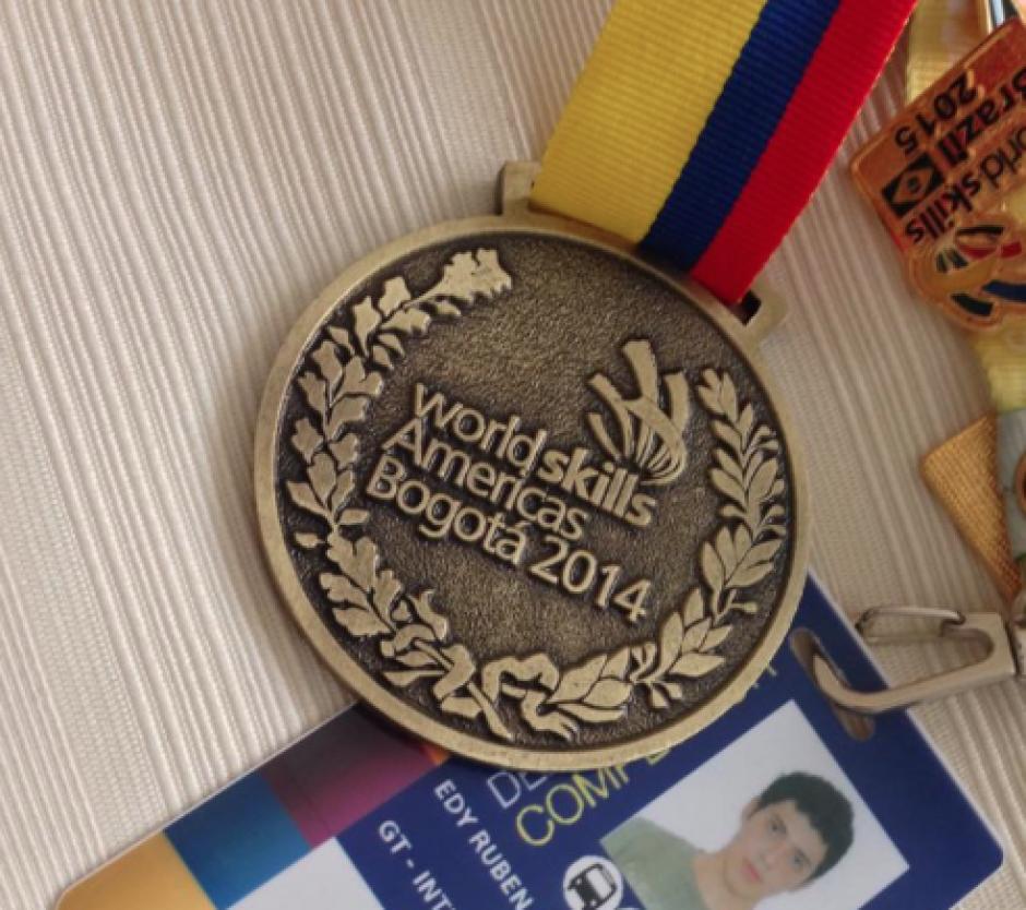 La medalla fue otorgada por los organizadores de #WorldSkillsAmericas Bogotá 2014, donde Guatemala quedó tercera en la rama de Mecatrónica. (Foto: Facebook)