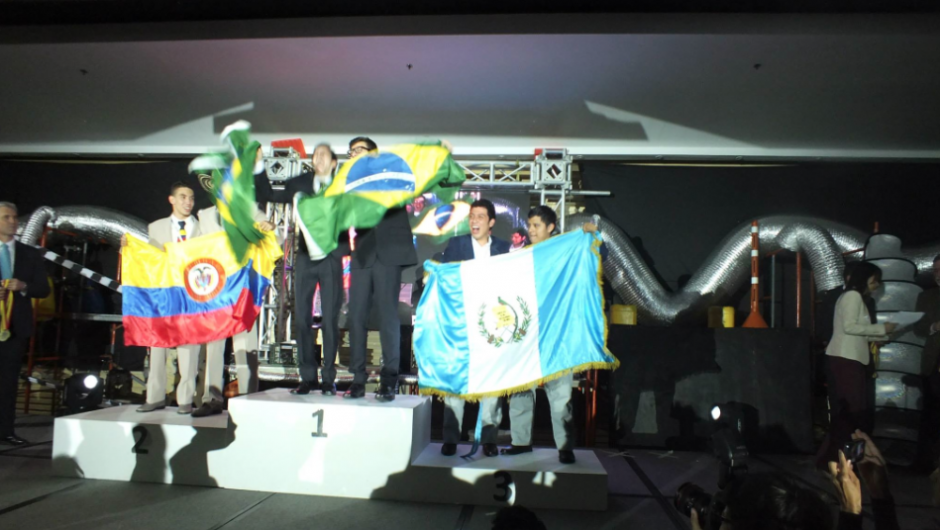 Los representantes de Guatemala, Edy Cumar y Jim Nowell, se mostraron emocionados al saberse ganadores del tercer lugar.