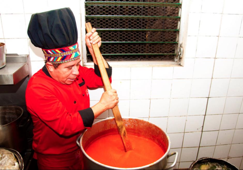 Cocinando Suban ik, una de sus recetas preferidas, para 150 personas en abril de 2013. (Foto: Facebook)