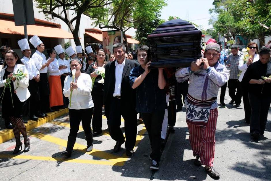El féretro recorrió parte de la zona 10 y fue llevado hasta el restaurante Kacao, del que Domínguez era propietario. (Foto: Nuestro Diario)