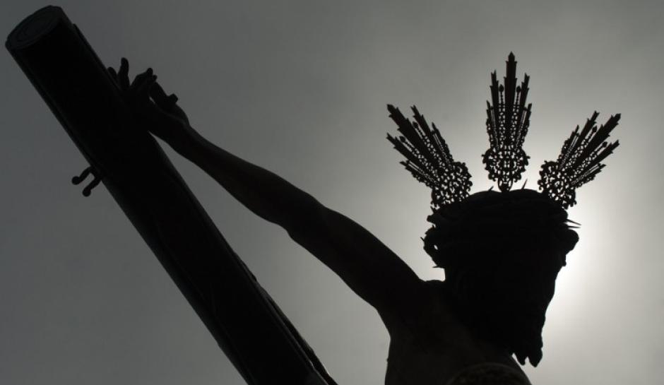 El Cristo Crucificado de la hermandad de San Bernardo es llevado por las calles de Sevilla, España, el miércoles Santo el 16 de abril. Los fieles cristianos de todo el mundo celebran la Semana Santa previo a la Pascua y conmemoran la crucifixión y resurrección de Jesucristo. (Foto: AFP)