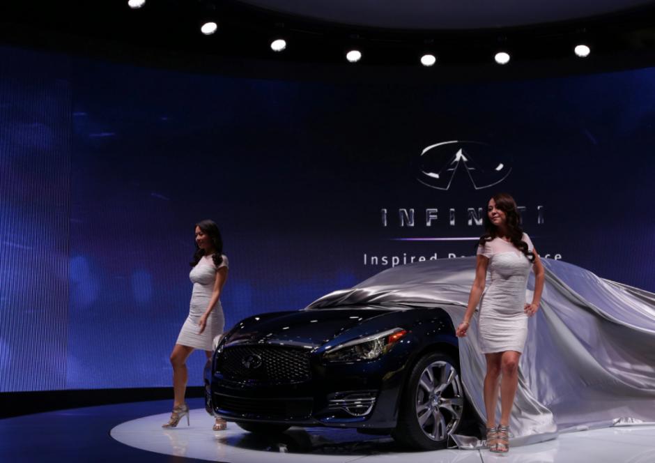 Dos modelos desvelan el nuevo Infiniti Q70 durante su presentación hoy, jueves 17 de abril de 2014, en el Salón Internacional del Automóvil de Nueva York 2014, en el centro Jacob K. Javits de Nueva York (Foto: EFE/Jason Szenes)