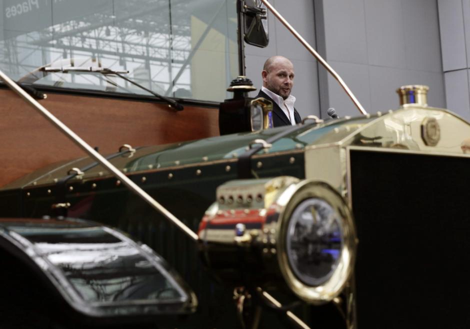 El propietario y presidente de The Creative Workshop, Jason Wenig, habla acerca de su prototipo de un carruaje eléctrico durante una rueda de prensa hoy, jueves 17 de abril de 2014, en el Salón Internacional del Automóvil de Nueva York 2014. (Foto: EFE/Jason Szenes)