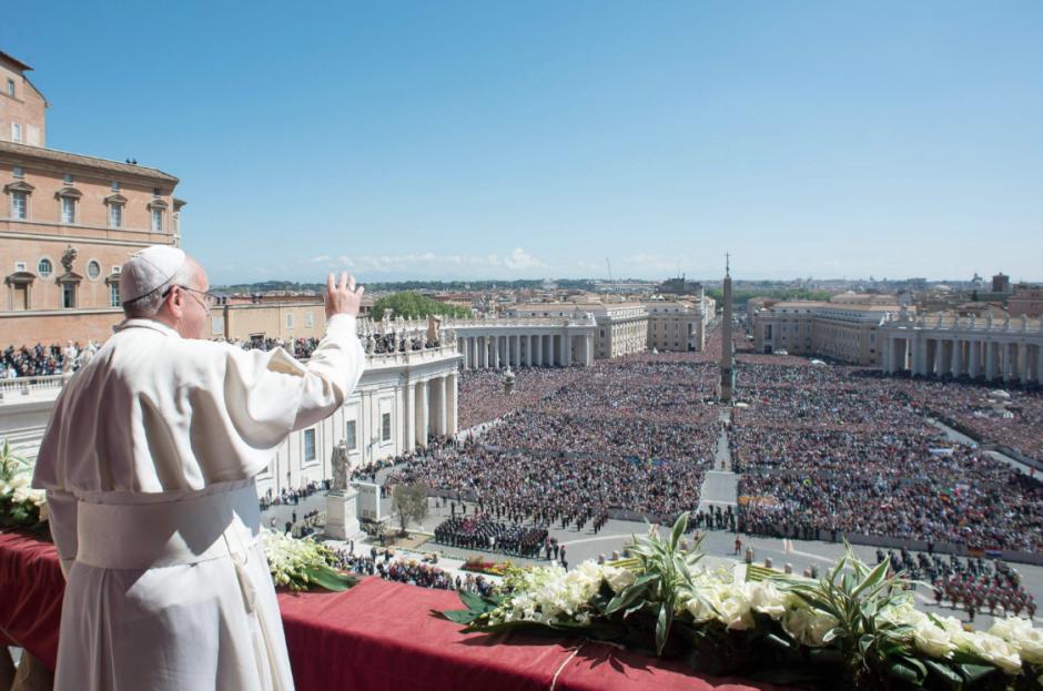 Cientos de peregrinos se dieron cita esta Domingo de Resurrección en la Plaza de San Pedro, para ver al Papa. (Foto: EFE)