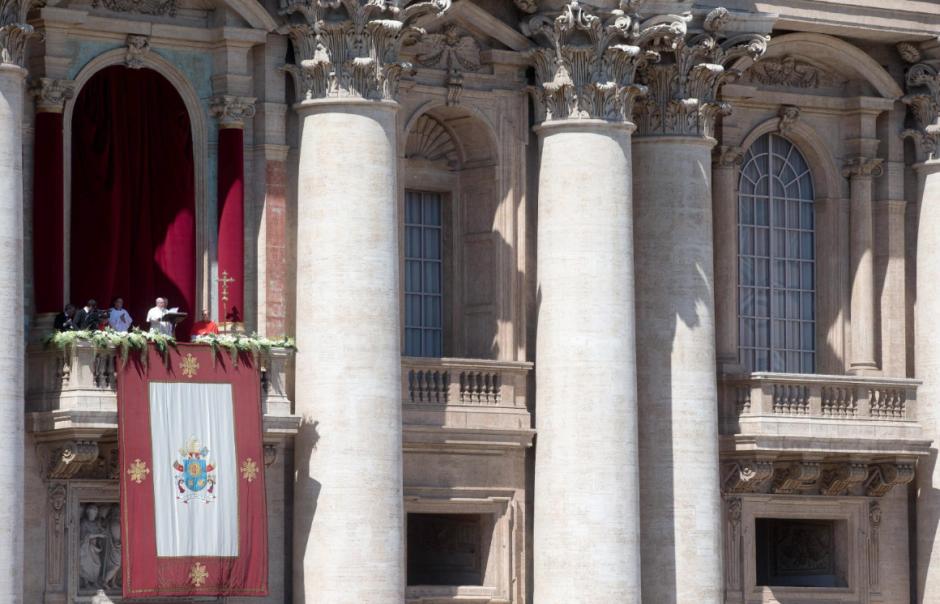"""El Papa Francisco dio la tradicional bendición """"Urbi et Orbi"""", desde el balcón de la Basílica de San Pedro. (Foto: EFE)"""