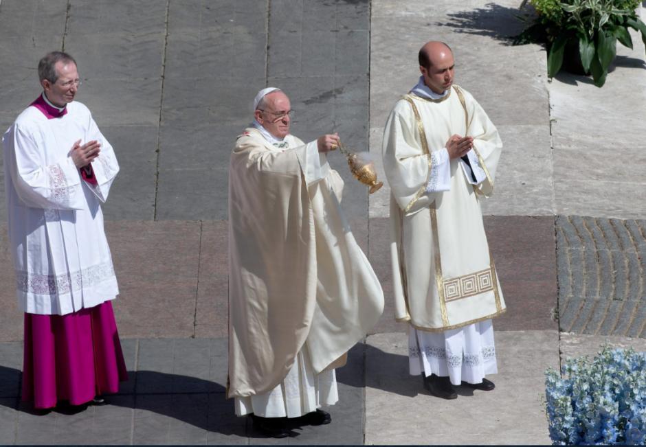 Acompañado de dos acólitos, el Papa Francisco tomó el quedamor de incienso frente a los fieles en este Domingo de Resurrección. (Foto: EFE)