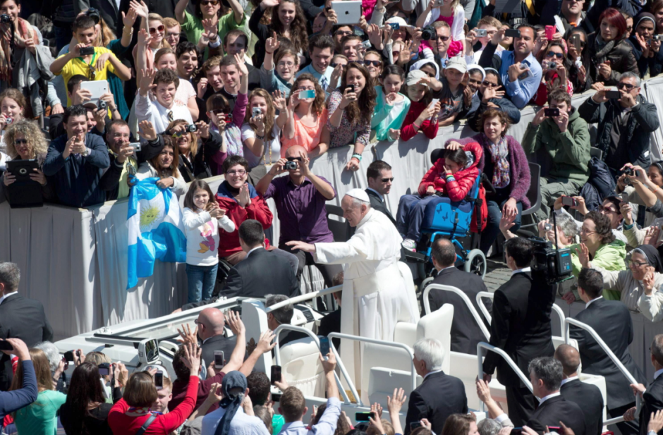 A bordo de su papamóvil, Francisco saludó y agradeció su presencia a los peregrinos congredados. (Foto: EFE)