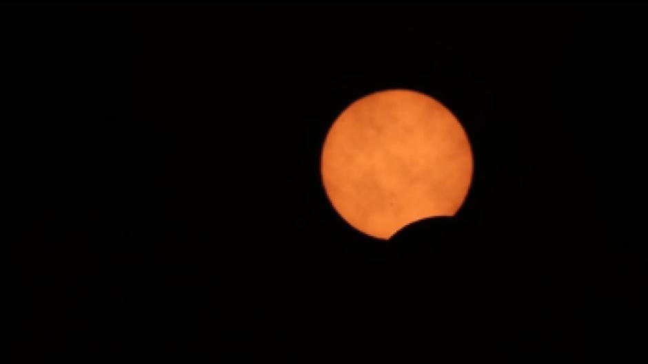 """Esta captura de la transmisión de Slooh muestra el inicio del eclipse anular o """"anillo de fuego"""" captado desde la Antártida."""