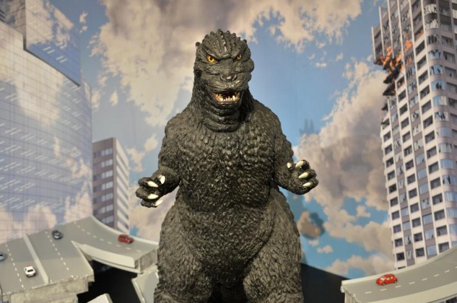 """Un """"Godzilla"""" de un metro de altura se exhibe en una exposición de arte en Tokio. La última versión del anfibio gigante llegará a las pantallas 3D en los Estados Unidos el 16 de mayo y en Japón dos meses más tarde, en su 60 aniversario. (Foto: AFP/Yoshikazu TSUNO)"""