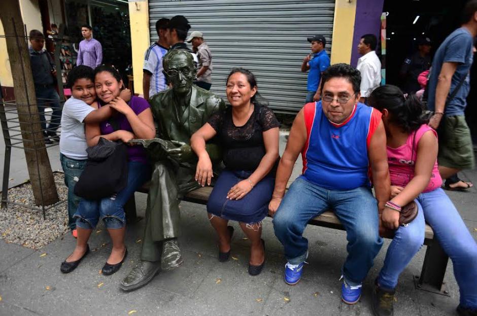 La familia Hernández toma un respiro en el paseo de la Sexta Avenida junto a la escultura de Tasso Hadjidodou, durante el descanso dominical. (Foto: Jesús Alfonso/Soy502)
