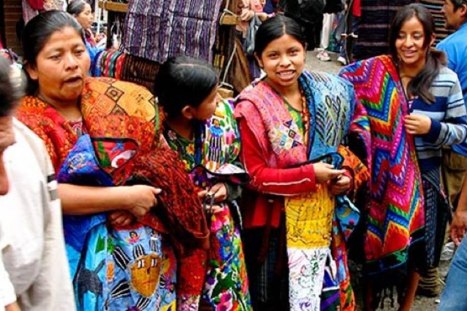 """""""Guate Photo"""" muestra en sus imágenes los lugares más hermosos del país. En esta fotografía se puede observar a un grupo de mujeres indígenas en un día de mercado en Chichicastenango. (Foto: Instagram/Guate Photo)"""