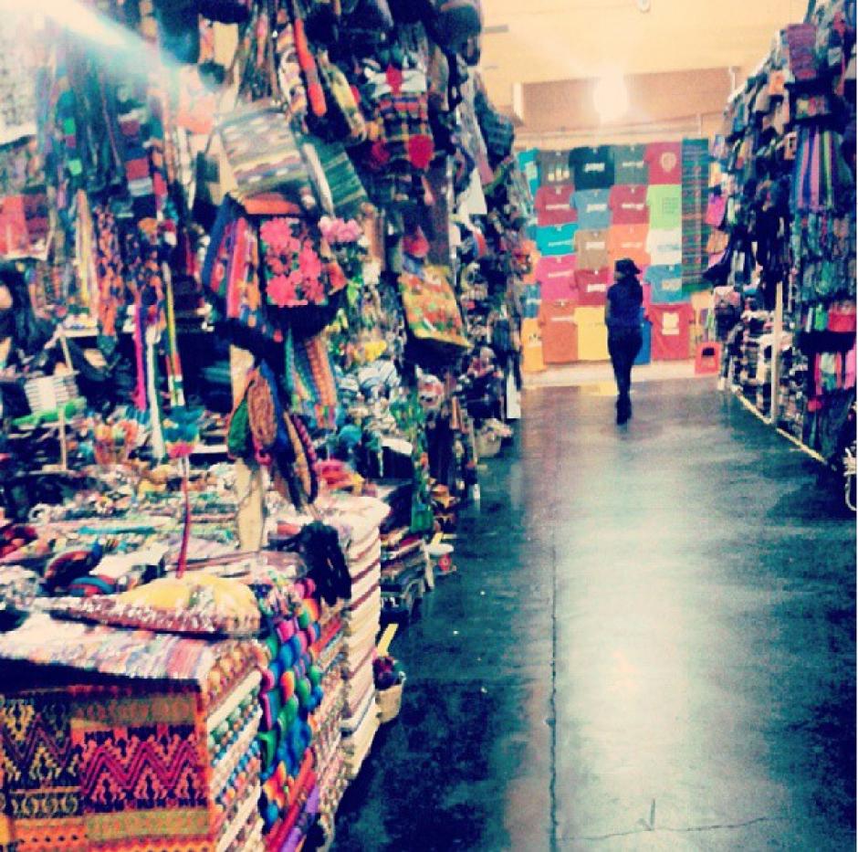 El mercado de artesanías de la Antigua Guatemala es otro de los lugares que recibe una gran afluencia de visitantes por sus coloridos productos que se fabrican en esa región. (Foto: Instagram/Yo Amo Guate)