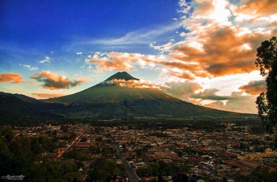 Vista de la ciudad de Antigua Guatemala desde el volcán de Agua durante un atardecer. (Foto: @lindamiguate/Instagram)