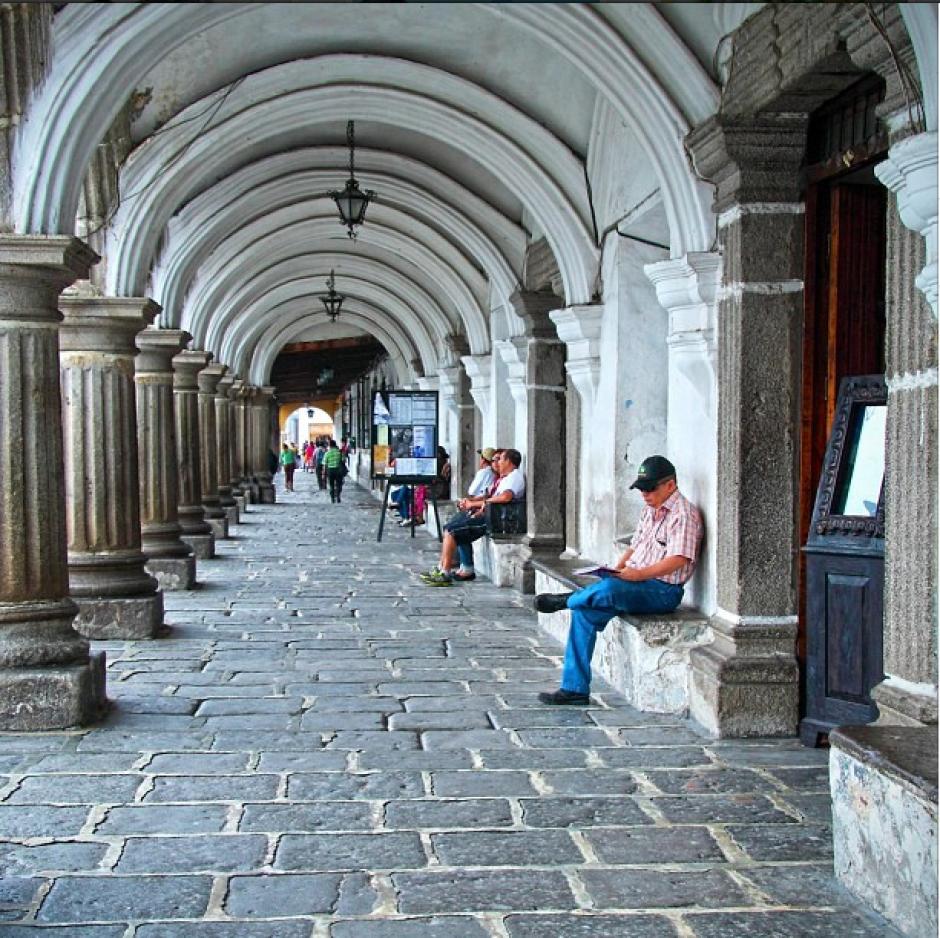 Palacio del Ayuntamiento, Antigua Guatemala. La tranquilidad de la ciudad colonial lleva a muchos visitantes extranjeros y guatemaltecos a tomar un descanso en el lugar o aprovechar el tiempo para la lectura. (Foto: Instagram/Antigua Guatemala)