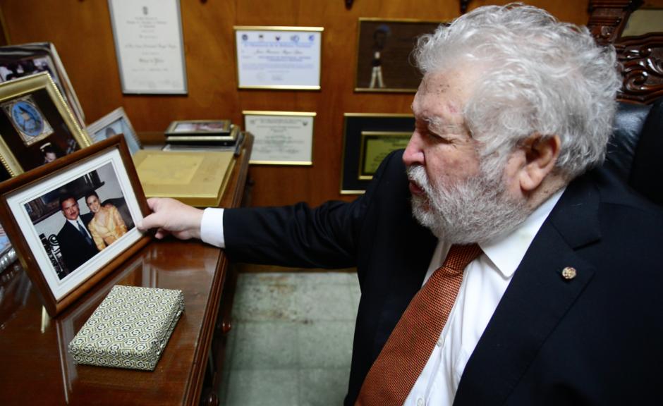 Francisco Reyes sostiene una foto del expresidente Alfonso Portillo y Evelyn Morataya, recordando que fue tomada previo a la celebración del 15 de septiembre. (Foto: Wilder López/Soy502)