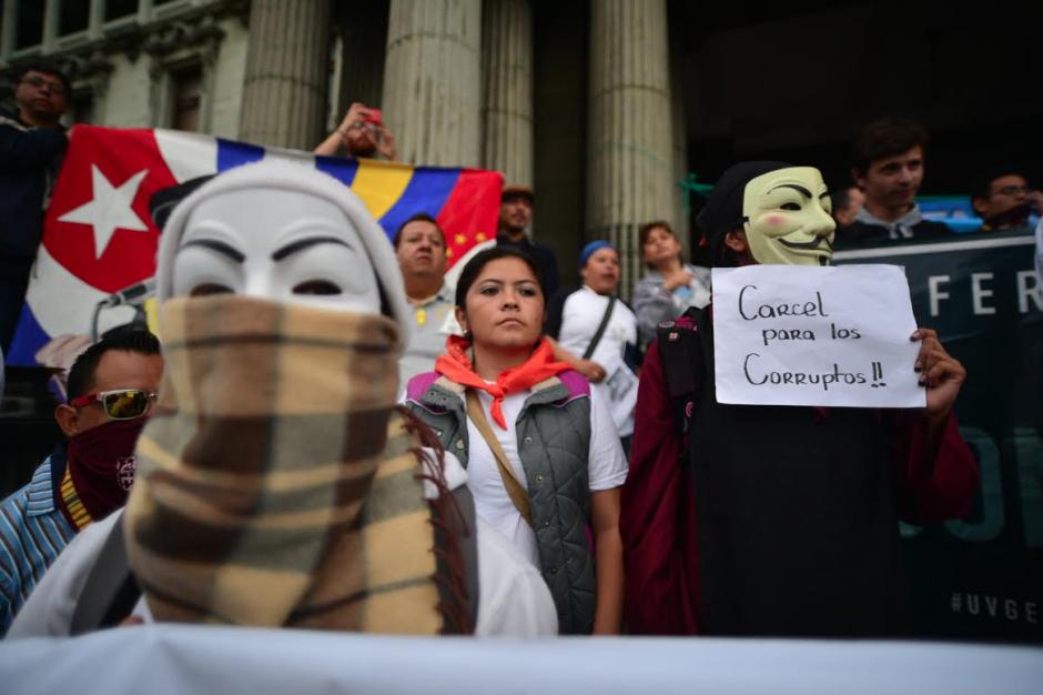 Los manifestantes se pronunciaron en contra de la corrupción frente al Palacio Nacional de la Cultura. (Foto: Wilder López/Soy502)