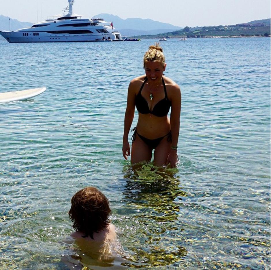 Thalía junto a su hija en una paradisíaca playa.
