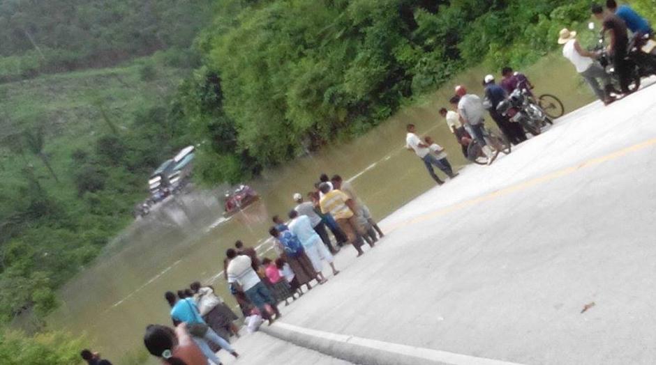 La carretera quedó totalmente inundada y la gende utilizó lanchas para pasar al otro lado. (Foto: Elportaldefray.com)