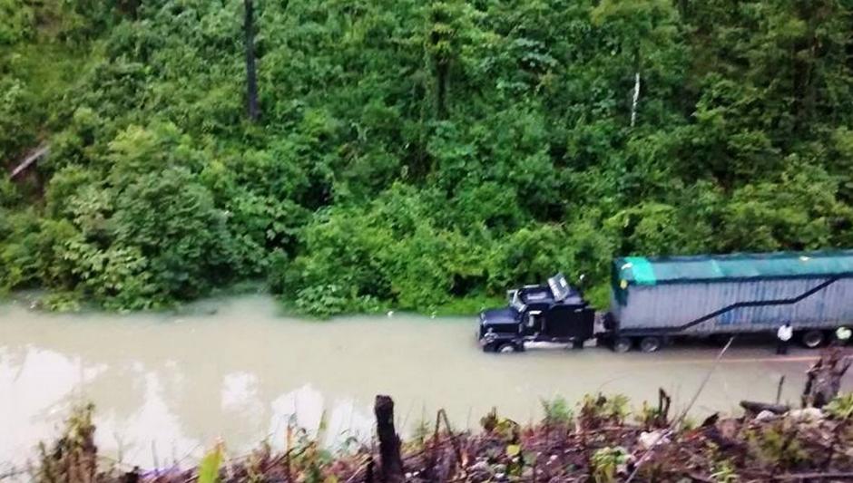 La inundación es tan grande que ni los camiones pudieron transitar. (Foto: ElportaldeFray.com)