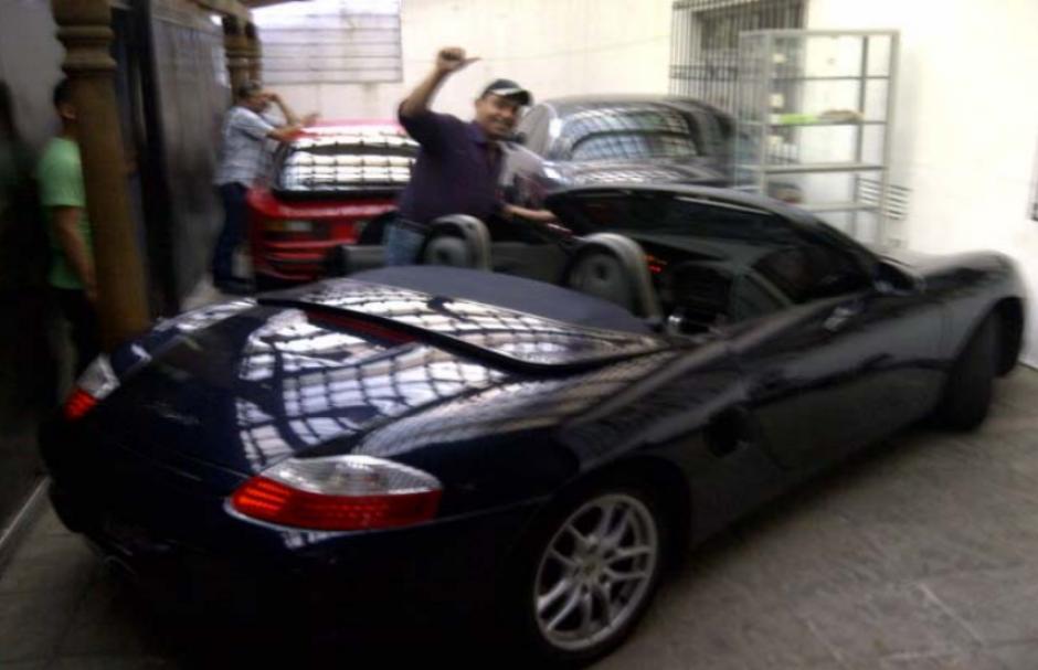 Reo Byron Lima Oliva junto a automóvil Porsche Booster, Porsche Rojo y Jaguar. (Foto: Cicig)