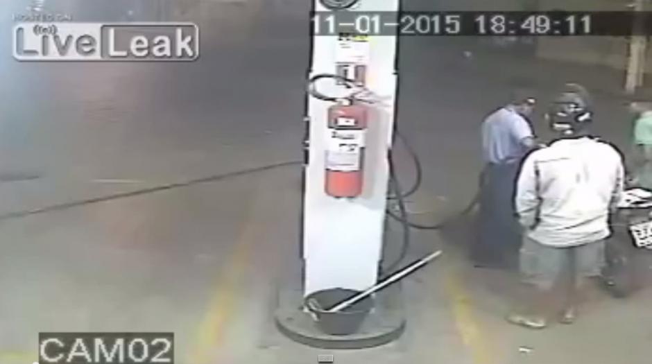 Un empleado de una gasolinera atiende a un cliente. (Imagen: YouTube)