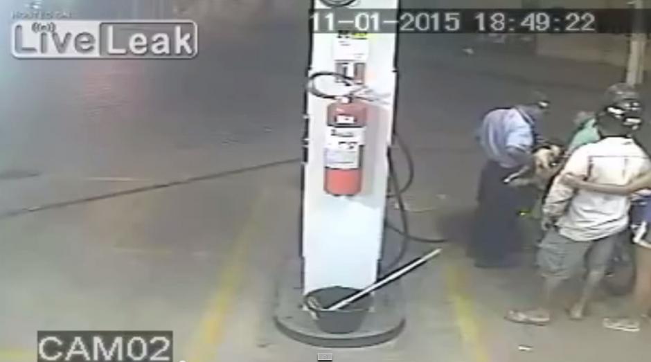 Un hombre se acerca al empleado de la gasolinera y trata de robarle. (Imagen: YouTube)