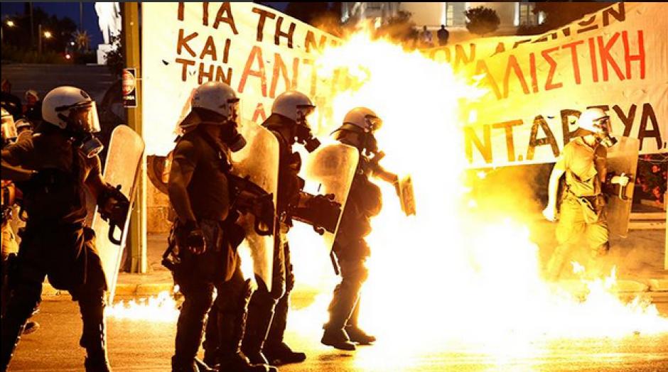 Las protestas subieron de tono caída la noche en Grecia. (Foto: RT Actualidad)