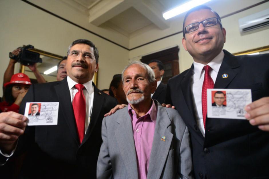 Baldizón y Barquín tras recibir su acreditación en el Registro de Ciudadanos. (Foto: Archivo/Soy502)