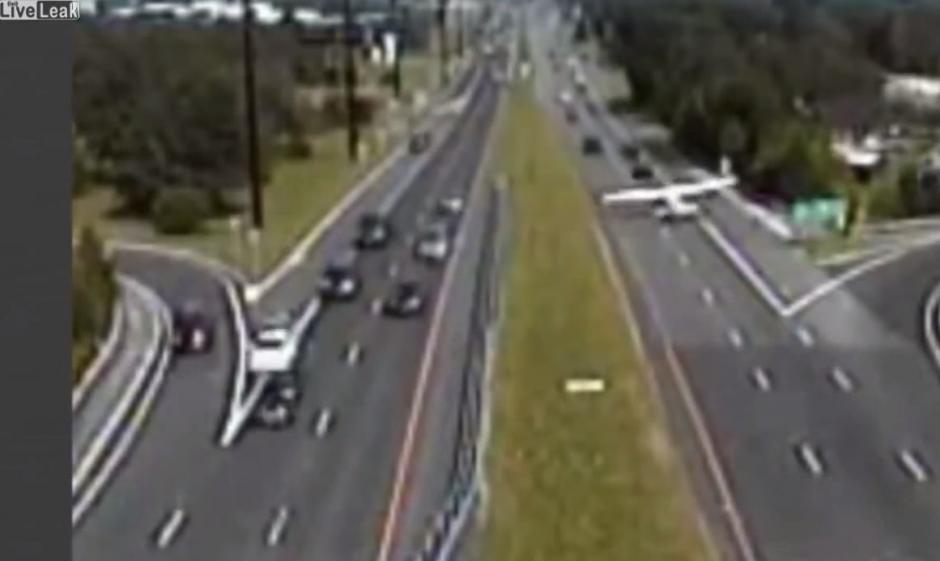 El piloto de la avioneta hizo varias maniobras para no estrellarse con los automovilistas.(Imagen: YouTube)