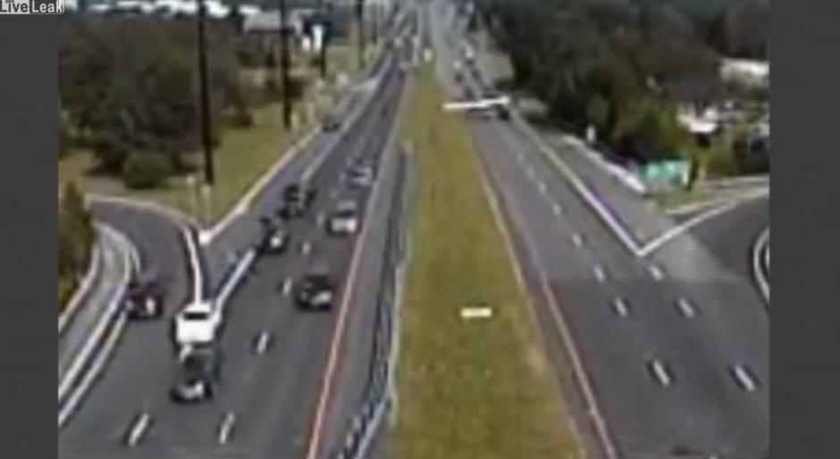 Los automovilistas que transitaban por la ruta 72 de Nueva Jersey se vieron sorprendidos por la avioneta.(Imagen: YouTube)