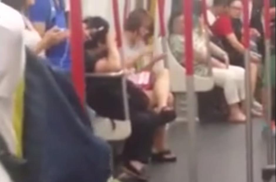 Una joven que viaja en el metro de Hong Kong se queda sin batería en el celular. (Imagen: YouTube)
