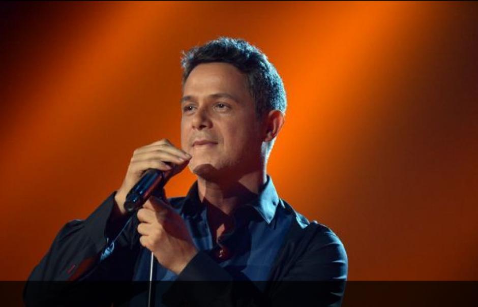"""El cantante Alejandro Sanz puso un toque romántico con la canción """"Un zombie a la intemperie"""". (Foto: Univision.com)"""