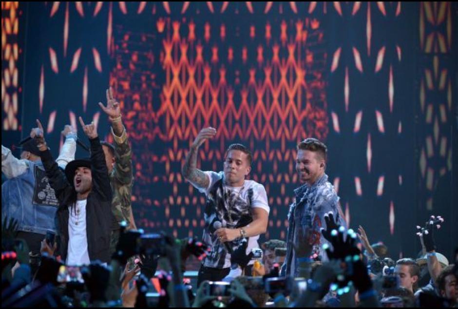 Nicky Jam, De La Guetto, Zyon y Árcangel se unieron para cantar uno de los temas más coreados de la noche.(Foto: Univisión)